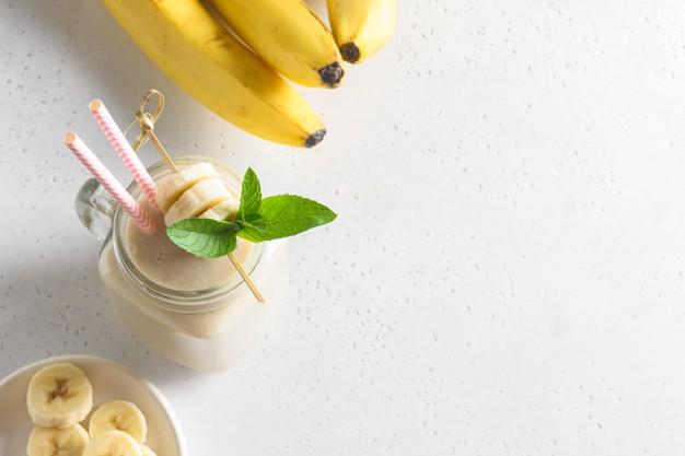 Smoothie cu unt de arahide și banane extrem de gustos